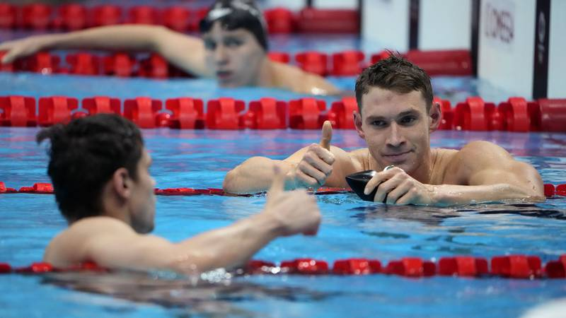 The United States' Ryan Murphy, right, gives a thumbs up to Evgeny Rylov, of Russian Olympic...